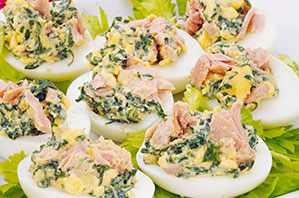 Huevos rellenos de atún con espinacas