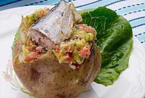 Papa asada con palta y sardinas